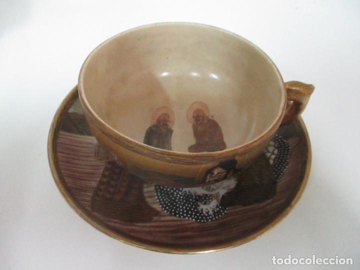 Antigüedades: Antiguo Juego de Café - Porcelana Oriental - Dorada y con Personajes - Sello en la Base - Foto 14 - 147829934