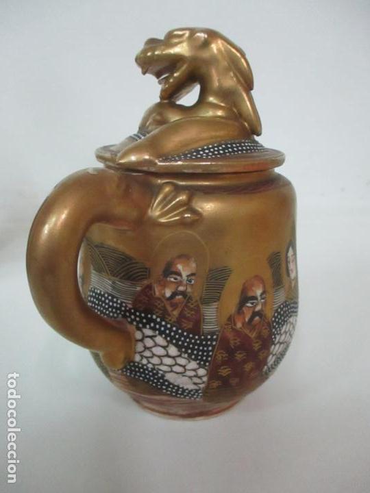 Antigüedades: Antiguo Juego de Café - Porcelana Oriental - Dorada y con Personajes - Sello en la Base - Foto 17 - 147829934