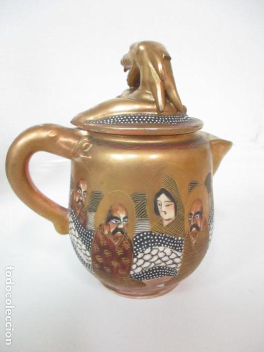 Antigüedades: Antiguo Juego de Café - Porcelana Oriental - Dorada y con Personajes - Sello en la Base - Foto 19 - 147829934