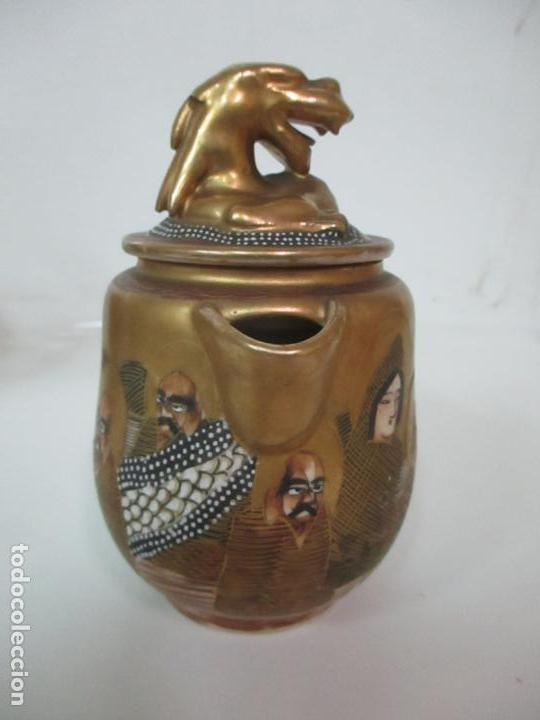 Antigüedades: Antiguo Juego de Café - Porcelana Oriental - Dorada y con Personajes - Sello en la Base - Foto 20 - 147829934