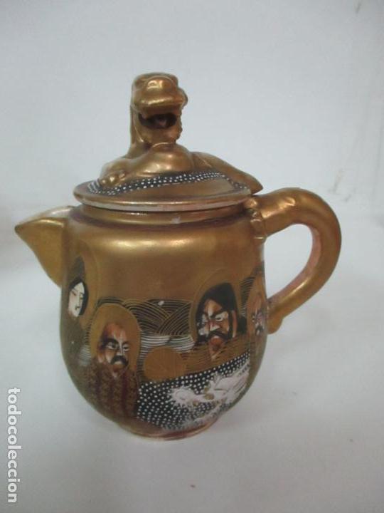 Antigüedades: Antiguo Juego de Café - Porcelana Oriental - Dorada y con Personajes - Sello en la Base - Foto 21 - 147829934