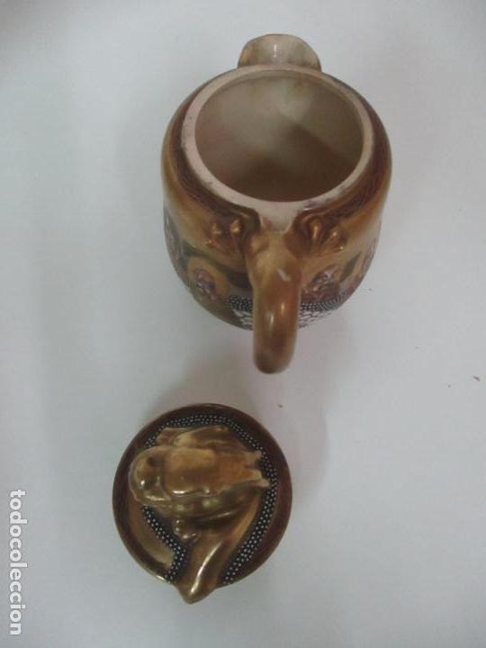 Antigüedades: Antiguo Juego de Café - Porcelana Oriental - Dorada y con Personajes - Sello en la Base - Foto 23 - 147829934