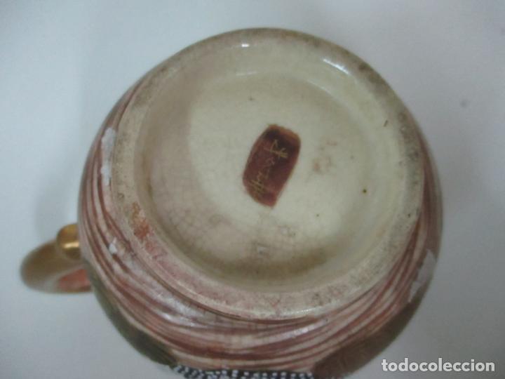 Antigüedades: Antiguo Juego de Café - Porcelana Oriental - Dorada y con Personajes - Sello en la Base - Foto 24 - 147829934