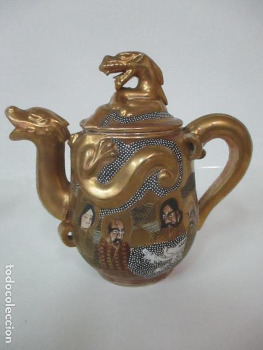 Antigüedades: Antiguo Juego de Café - Porcelana Oriental - Dorada y con Personajes - Sello en la Base - Foto 25 - 147829934