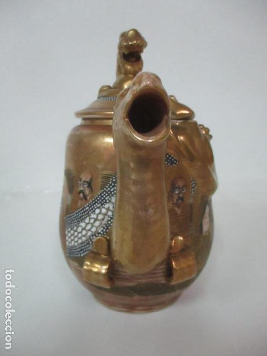 Antigüedades: Antiguo Juego de Café - Porcelana Oriental - Dorada y con Personajes - Sello en la Base - Foto 31 - 147829934