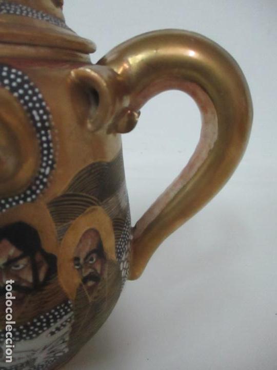 Antigüedades: Antiguo Juego de Café - Porcelana Oriental - Dorada y con Personajes - Sello en la Base - Foto 33 - 147829934
