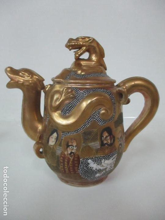 Antigüedades: Antiguo Juego de Café - Porcelana Oriental - Dorada y con Personajes - Sello en la Base - Foto 34 - 147829934