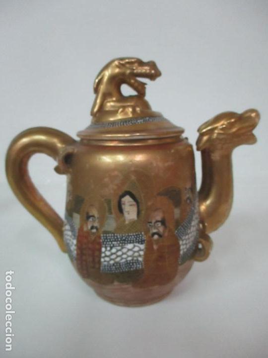 Antigüedades: Antiguo Juego de Café - Porcelana Oriental - Dorada y con Personajes - Sello en la Base - Foto 35 - 147829934