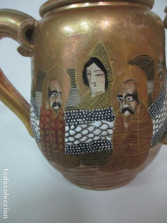 Antigüedades: Antiguo Juego de Café - Porcelana Oriental - Dorada y con Personajes - Sello en la Base - Foto 36 - 147829934
