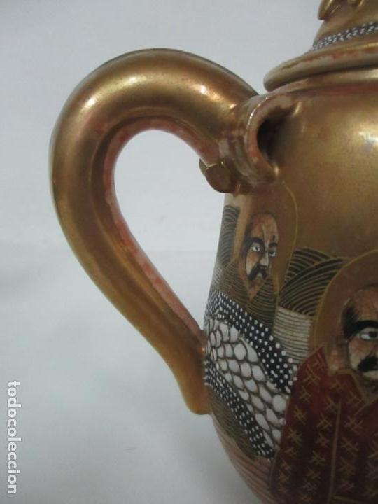 Antigüedades: Antiguo Juego de Café - Porcelana Oriental - Dorada y con Personajes - Sello en la Base - Foto 37 - 147829934