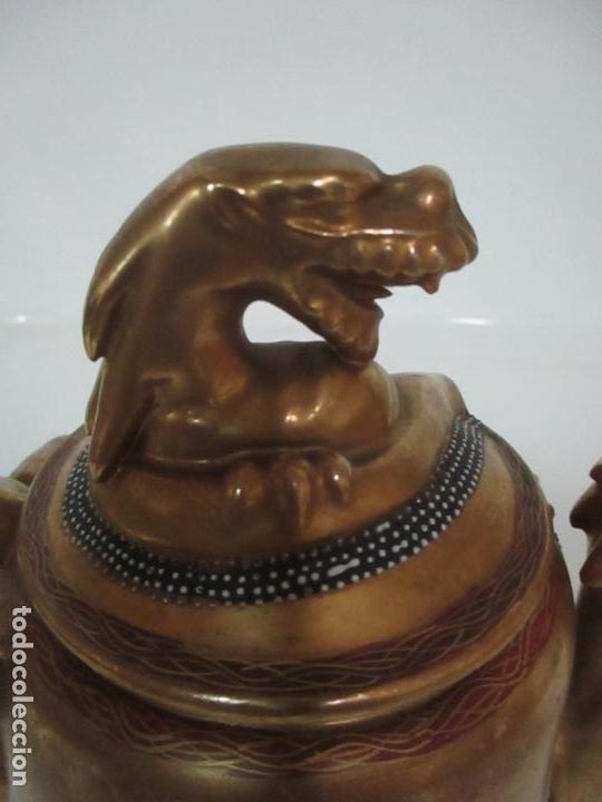 Antigüedades: Antiguo Juego de Café - Porcelana Oriental - Dorada y con Personajes - Sello en la Base - Foto 38 - 147829934