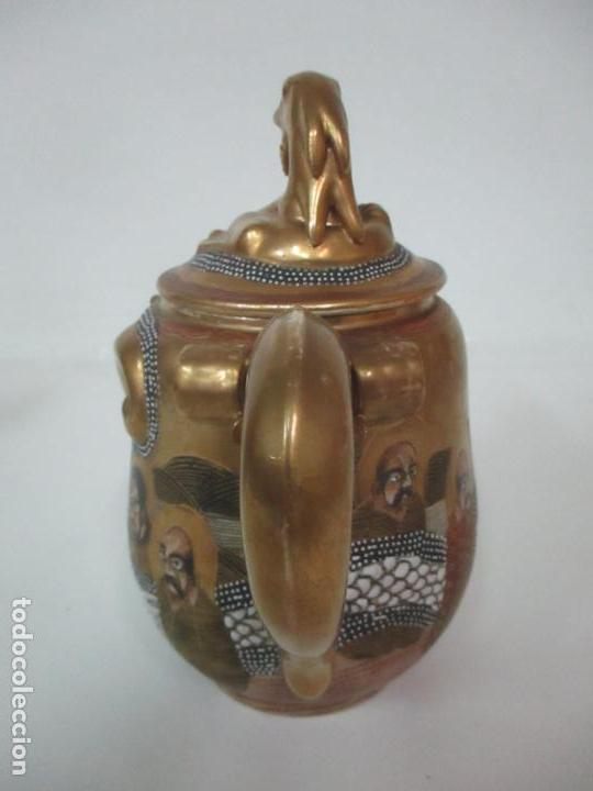 Antigüedades: Antiguo Juego de Café - Porcelana Oriental - Dorada y con Personajes - Sello en la Base - Foto 39 - 147829934