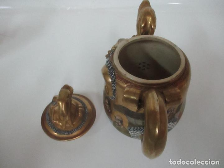 Antigüedades: Antiguo Juego de Café - Porcelana Oriental - Dorada y con Personajes - Sello en la Base - Foto 40 - 147829934
