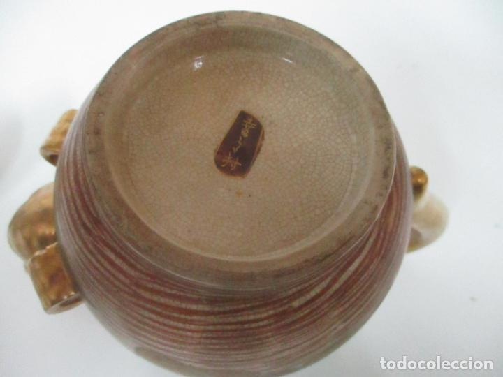 Antigüedades: Antiguo Juego de Café - Porcelana Oriental - Dorada y con Personajes - Sello en la Base - Foto 42 - 147829934