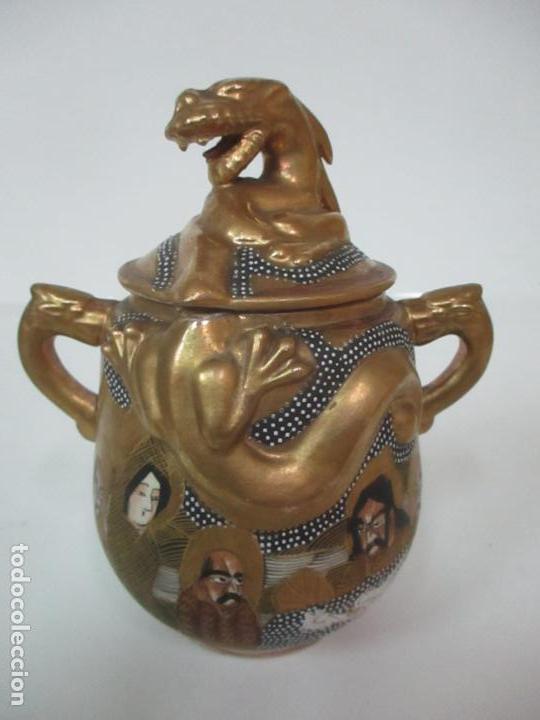Antigüedades: Antiguo Juego de Café - Porcelana Oriental - Dorada y con Personajes - Sello en la Base - Foto 43 - 147829934