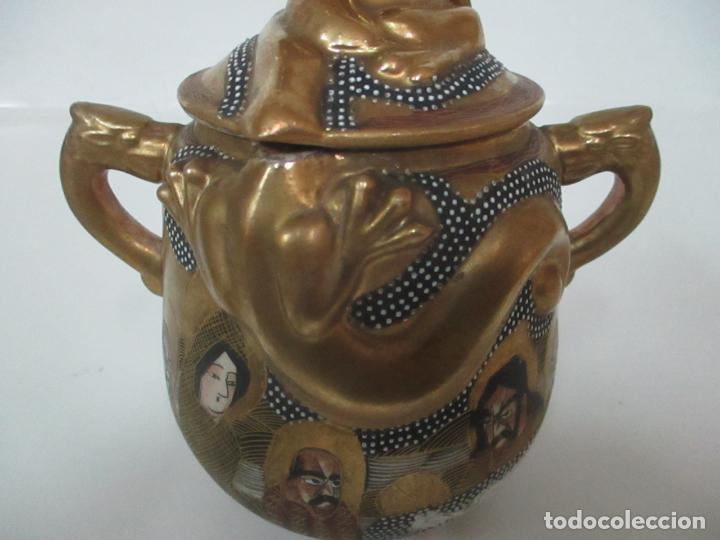 Antigüedades: Antiguo Juego de Café - Porcelana Oriental - Dorada y con Personajes - Sello en la Base - Foto 44 - 147829934