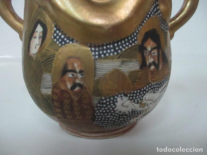 Antigüedades: Antiguo Juego de Café - Porcelana Oriental - Dorada y con Personajes - Sello en la Base - Foto 45 - 147829934