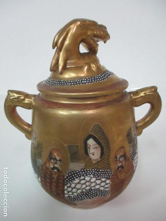 Antigüedades: Antiguo Juego de Café - Porcelana Oriental - Dorada y con Personajes - Sello en la Base - Foto 47 - 147829934