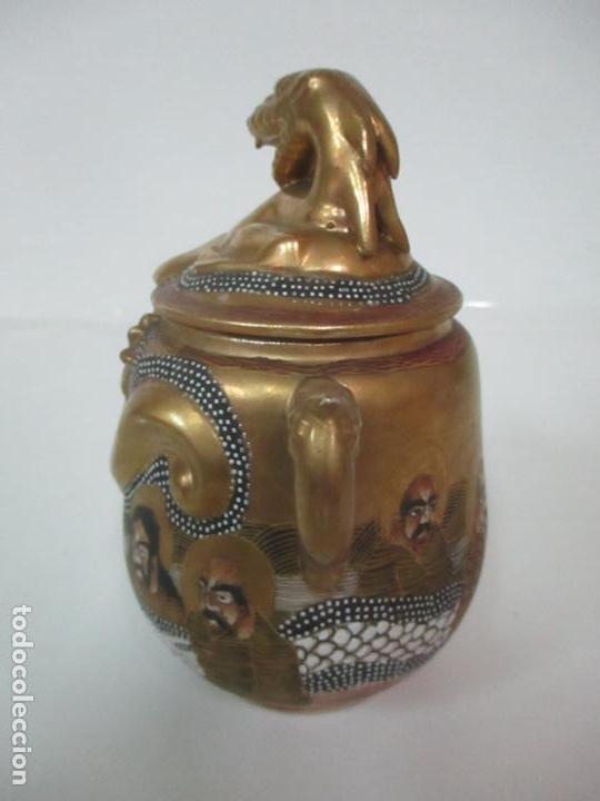 Antigüedades: Antiguo Juego de Café - Porcelana Oriental - Dorada y con Personajes - Sello en la Base - Foto 48 - 147829934