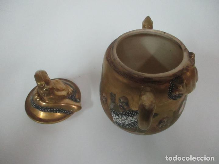 Antigüedades: Antiguo Juego de Café - Porcelana Oriental - Dorada y con Personajes - Sello en la Base - Foto 49 - 147829934
