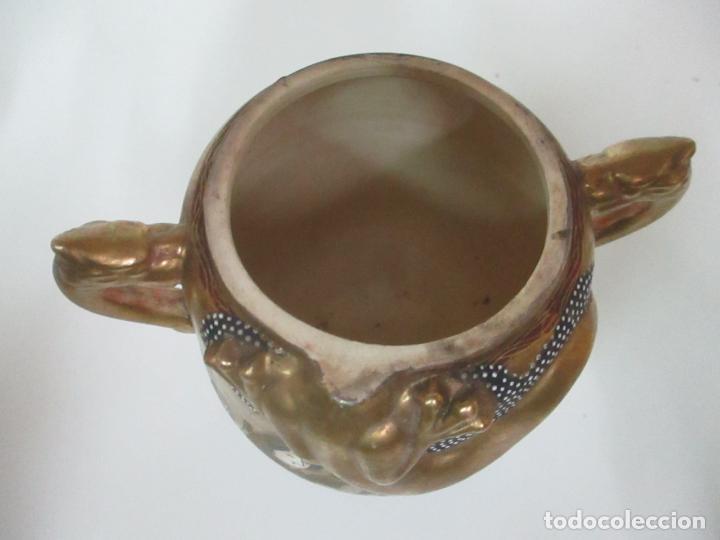 Antigüedades: Antiguo Juego de Café - Porcelana Oriental - Dorada y con Personajes - Sello en la Base - Foto 50 - 147829934