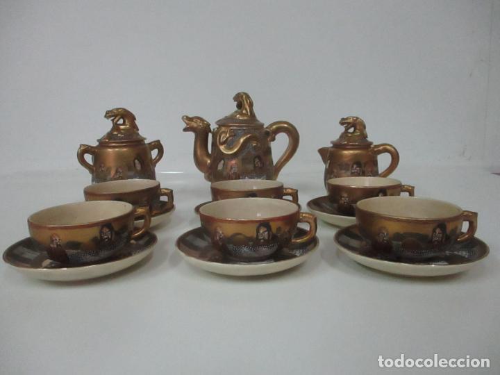 Antigüedades: Antiguo Juego de Café - Porcelana Oriental - Dorada y con Personajes - Sello en la Base - Foto 54 - 147829934
