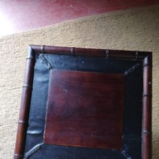 Antigüedades: MESA AUXILIAR EN MADERA MACIZA Y PIEL PLEGABLE. Lote 147835454