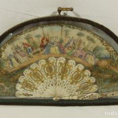 Antigüedades: ABANICO FINES SXVIII MARFIL Y LITOGRAFÍA COLOREADA. ABANIQUERA DE CRISTAL Y BRONCE.. Lote 147863398