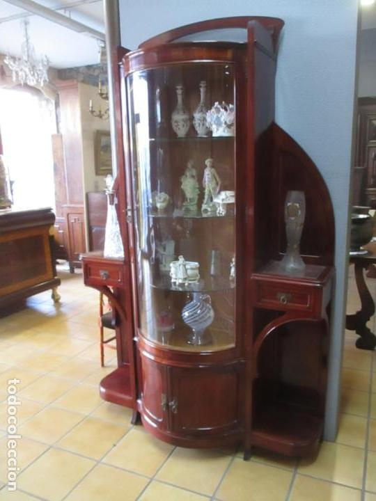 Antigüedades: Curiosa Vitrina Modernista - Madera de Cerezo - Puerta y Cristal Bombeados - Principios s. XX - Foto 3 - 147864586