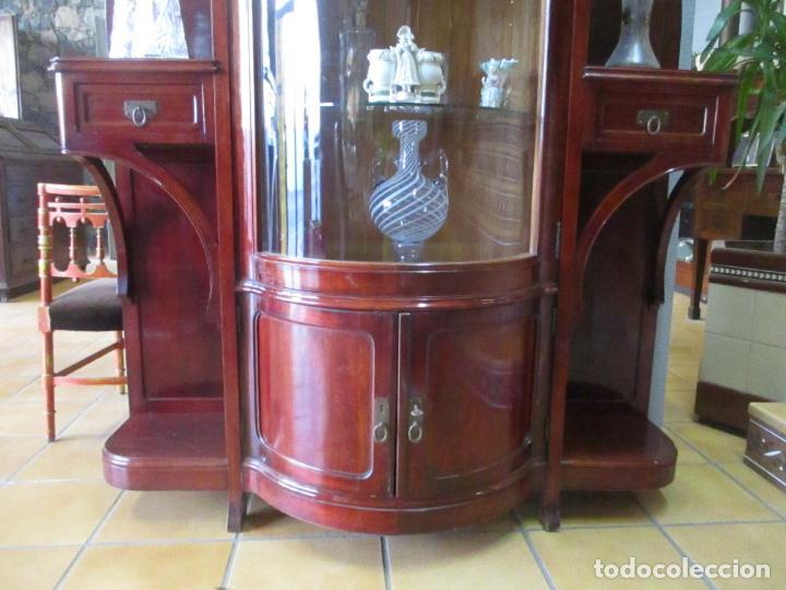 Antigüedades: Curiosa Vitrina Modernista - Madera de Cerezo - Puerta y Cristal Bombeados - Principios s. XX - Foto 4 - 147864586