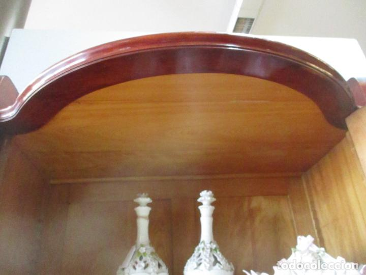 Antigüedades: Curiosa Vitrina Modernista - Madera de Cerezo - Puerta y Cristal Bombeados - Principios s. XX - Foto 28 - 147864586