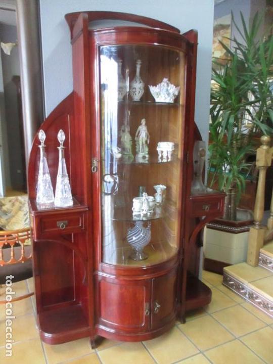 Antigüedades: Curiosa Vitrina Modernista - Madera de Cerezo - Puerta y Cristal Bombeados - Principios s. XX - Foto 33 - 147864586