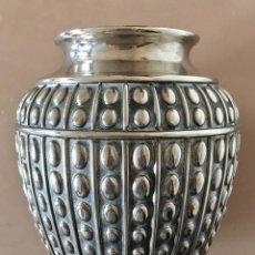 Antigüedades: FLORERO JARRON DE ESTAÑO VINTAGE. Lote 147868338