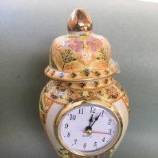 Antigüedades: PRECIOSO JARRON DE PORCELANA CHINA, CON RELOJ DE CUARZO INCORPORADO. Lote 147885626