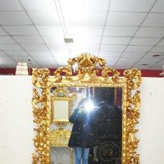 Antigüedades: ESPEJO ANTIGUO DE MADERA TALLADA Y PAN DE ORO. Lote 147887534
