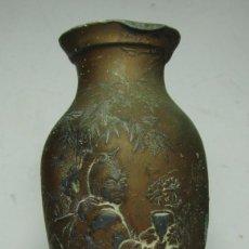Antigüedades: JARRON EN MINIATURA DE PLOMO. ORIENTAL. PERSONAJES CHINOS Y AVES. (9 CM). Lote 147898314