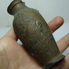 Antigüedades: JARRON EN MINIATURA DE PLOMO. ORIENTAL. PERSONAJES CHINOS Y AVES. (9 CM). Lote 147898842