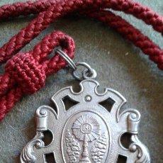 Antigüedades: SEMANA SANTA - SEVILLA - MEDALLA CON CORDON DE LA HERMANDAD DE SAN GONZALO. Lote 147900974