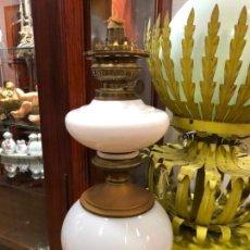 Antigüedades: ANTIGUA LAMPARA QUINQUE DE OPALINA Y METAL - MEDIDA 41 CM. Lote 147909910