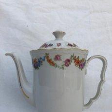 Antigüedades: CAFETERA GRANDE EN PORCELANA SELLADA. Lote 147938782