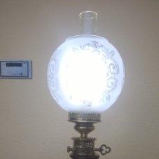 Antigüedades: QUINQUÉ ELÉCTRICO SOBREMESA PORCELANA Y LATÓN DE AGUSTI LAMPS. Lote 147946002