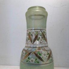 Antigüedades: PRECIOSA BOTELLA DE AGUA PARA MESITA DE NOCHE DE VIDRIO SOPLADO.. Lote 147975202