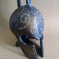 Antigüedades: MUY ANTIGUA CAMPANA DE MANO EN BRONCE MACIZO CON LA FIGURA DE UN CASCO DE GLADIADOR ROMANO. Lote 147996389