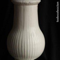 Antigüedades: LAMPARA ANTIGUA DE ALCORA O MANISES EN CERÁMICA BLANCA. Lote 147997546