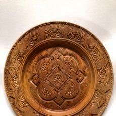 Antigüedades: PLATO DECORATIVO DE MADERA CON RELIEVE , 40 CM. DIÁMETRO.. Lote 148001053