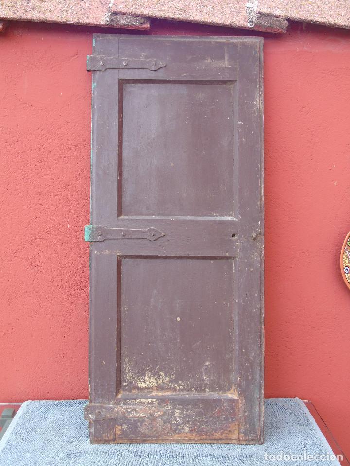 ANTIGUA HOJA DE VENTANA, CUARTILLO DE MADERA DE PINO, CON SUS HERRAJES DE HIERRO. PARA RESTAURAR. (Antigüedades - Varios)