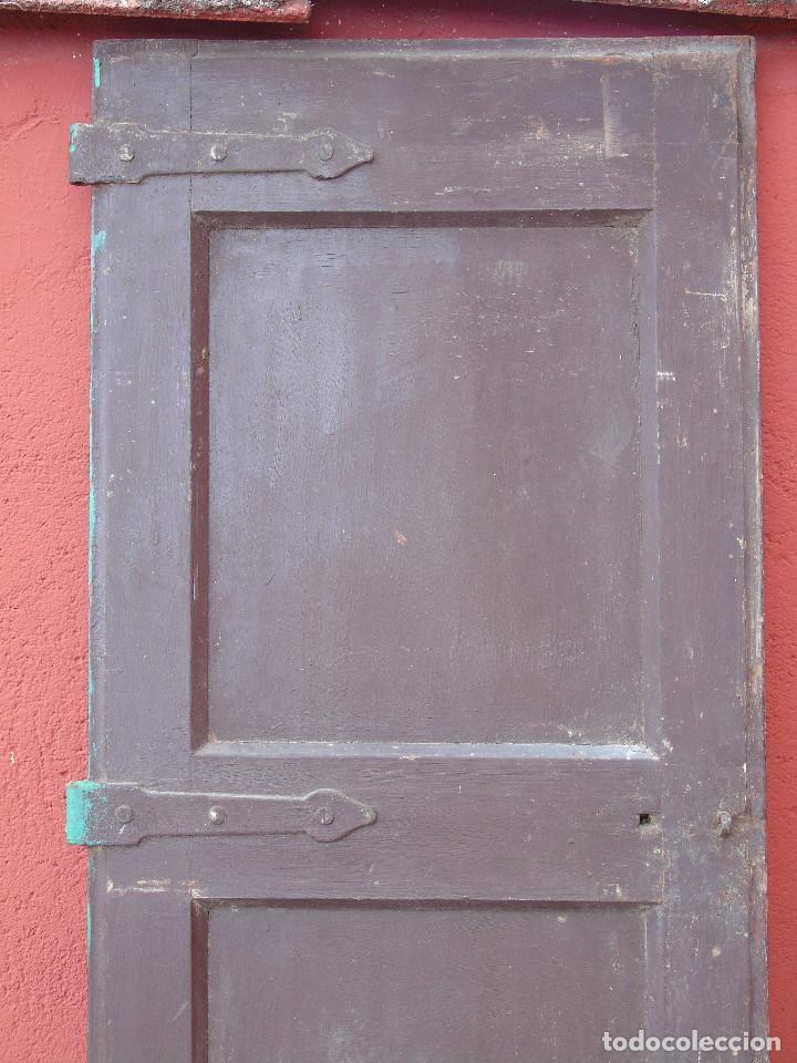 Antigüedades: ANTIGUA HOJA DE VENTANA, CUARTILLO DE MADERA DE PINO, CON SUS HERRAJES DE HIERRO. PARA RESTAURAR. - Foto 2 - 148002806