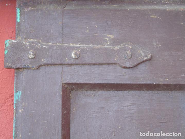 Antigüedades: ANTIGUA HOJA DE VENTANA, CUARTILLO DE MADERA DE PINO, CON SUS HERRAJES DE HIERRO. PARA RESTAURAR. - Foto 3 - 148002806