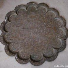 Antigüedades: PRECIOSA BANDEJA ANTIGUA DE BRONCE. TRABAJADA A BURIL. CON CARROZAS Y PERSONAJES. GRAN TAMAÑO.. Lote 148004902