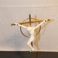 Antigüedades: CRUCIFIJO CON CRUZ DE METAL CON BAÑO DE ORO. Lote 148014166